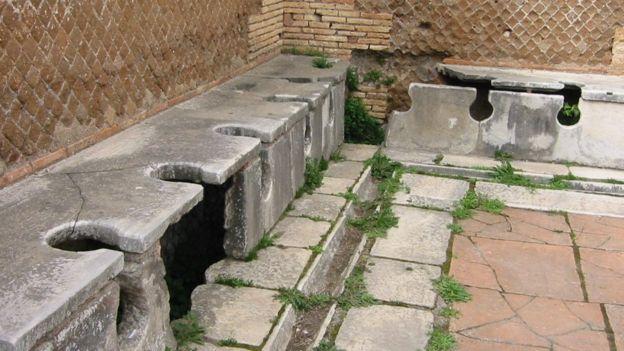 Letrinas romanas del siglo II d.C. en el Museo de Arqueología y Ruinas Romanas, Ostia, Italia.