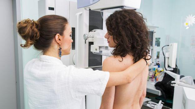 Joven haciéndose una prueba mamaria