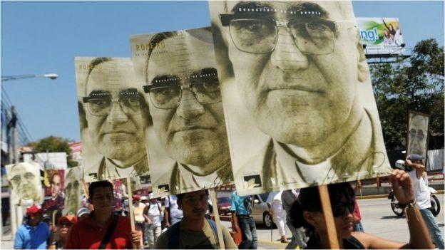 Pancartas con el rostro de monseñor Romero.