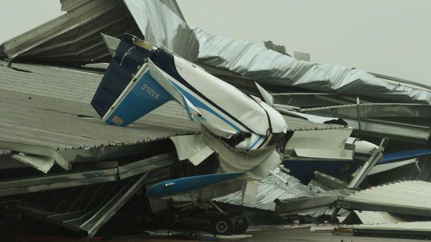 چند هواپیمای کوچک در سواحل شهر راکپورت در زیر آشیانههای خود منهدم شدهاند