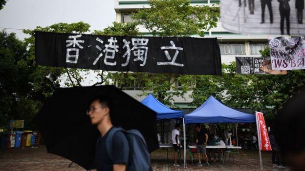"""去年九月,香港多間大學均出現""""香港獨立標語""""。"""