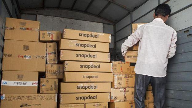 Una persona moviendo cajas de Snapdeal en un camión