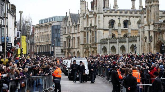 Personas en Cabridge asisten al funeral de Stephen Hawking