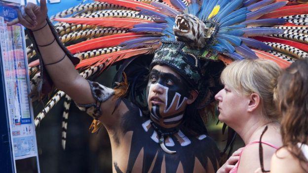 Indígena con turista