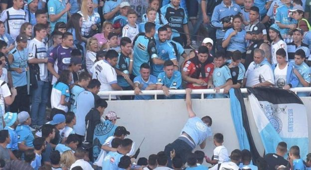 Muere hincha argentino tras ser lanzado al vacío de una tribuna