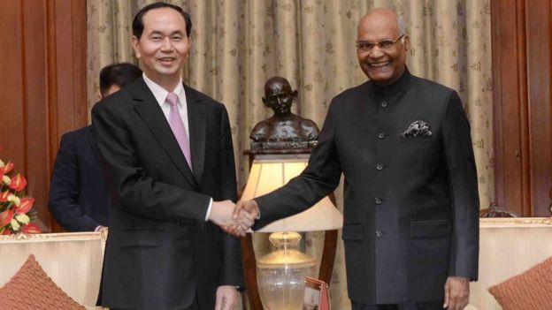 Chủ tịch Trần Đại Quang bắt tay Tổng thống Ấn Độ Ram Nath Kovind hôm 3/3/2018.