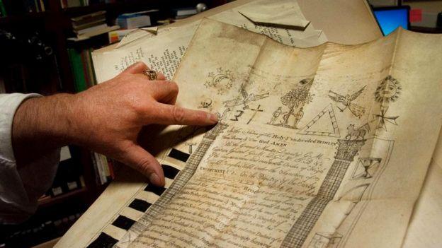 Купер указывает на масонские символы в одном из множества исторических документов из архива ложи