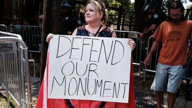 Una manifestante protesta en contra de la retirada de un monumento confederado en agosto de 2017 en Tennessee, Estados Unidos.