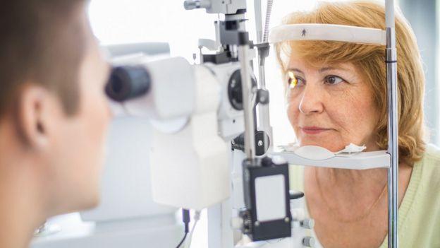 Mujer en un examen ocular