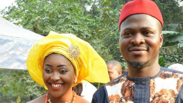 La pareja el día de su boda, vistiendo un atuendo Igbo. Foto: Chidimma Amedu.