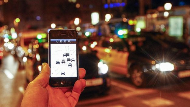 Celular exibe aplicativo do Uber