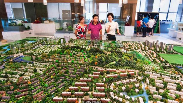 Personas viendo la maqueta de un proyecto inmobiliario