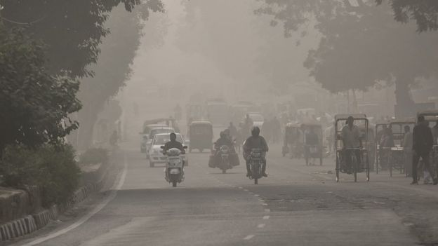 Traffic on a street in Delhi amid heavy smog in November 2016