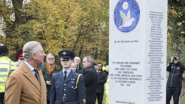 Принц Чарльз открытвает памятник женщинам-разведчицам Второй мировой войны на месте бывшего секретного аэродрома в Темпсфорде (3 декабря 2013 года)