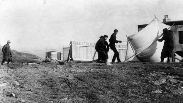 استخدمت البالونات والطائرات الورقية للمساعدة في الحفاظ على أجهزة الهوائي في وضع قائم