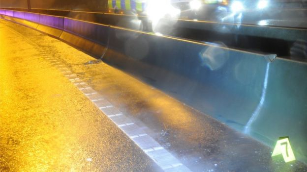在高速公路隔離牆附近留下大量的車禍殘片和痕跡。