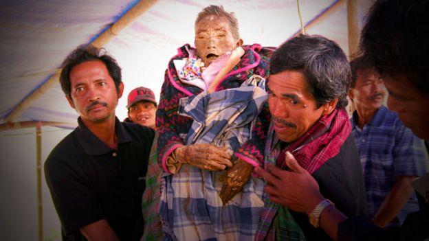 Hombre con el cuerpo de un anciano fallecido