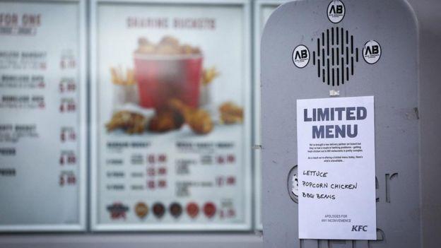 A mediados de febrero, fueron cerrados temporalmente más de la mitad de los locales de la cadena KFC en Reino Unido, lo que causó consternación entre sus clientes.