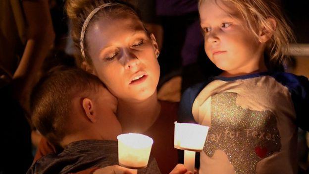 Vigilia en la localidad de Sutherland Springs, Texas la noche del día de la matanza.
