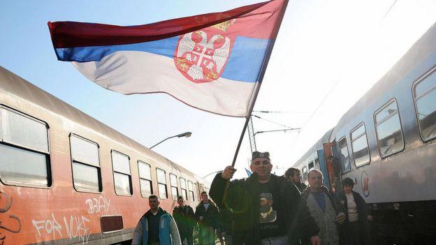 Hombre con bandera de Serbia.