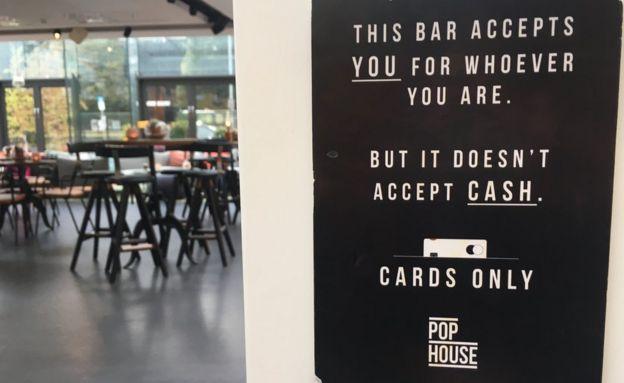 Cartel que informa que no se acepta efectivo