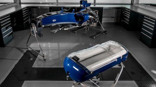 Williams Babypod 20 bebek taşıyıcısı (ön planda) ve F1 araba gövdesi kabuğu (arka plan)