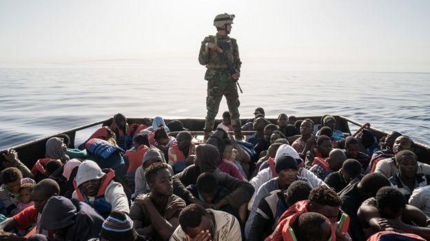 Guarda libanês monitora pessoas que tentavam chegar à Europa por mar