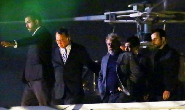Lula leaves a police helicopter after arriving at the Federal Police headquarters in Curitiba