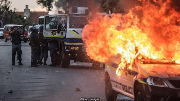 Một chiếc xe cảnh sát ở Nam Phi bị đốt cháy sau cuộc biểu tình chống bất bình đẳng vào năm 2016