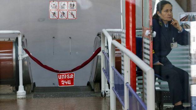 Paşinyan'ın çağrısı üzerine bazı metro istasyonları da kapalı.