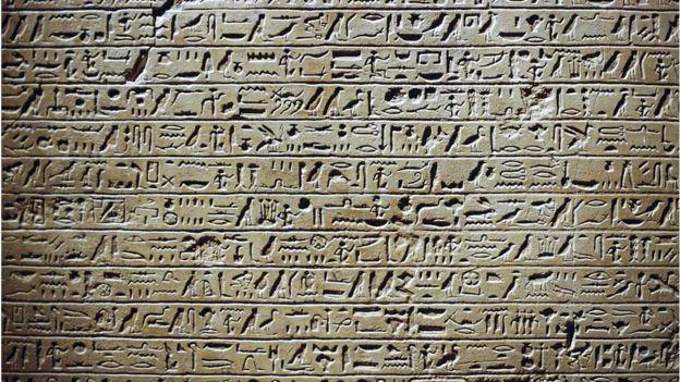 Muro egipcio con series de jeroglíficos