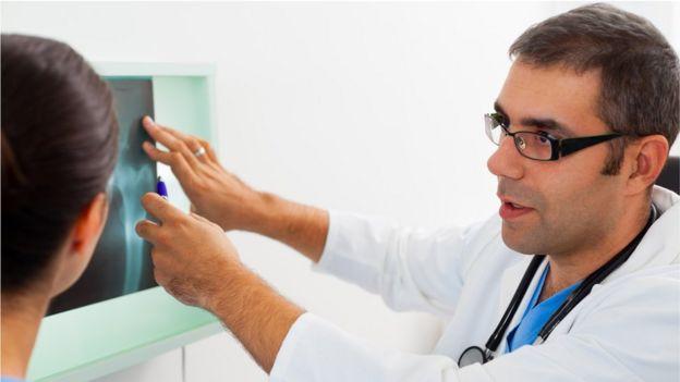 Doctor con radiografía
