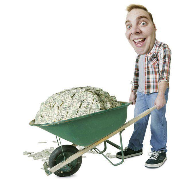 Homem empurra carrinho de dinheiro