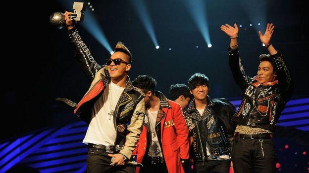 Big Bang festejando un premio MTV en 2011.