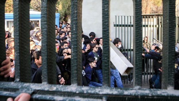 Протестующие вИране были силой разогнаны полицией