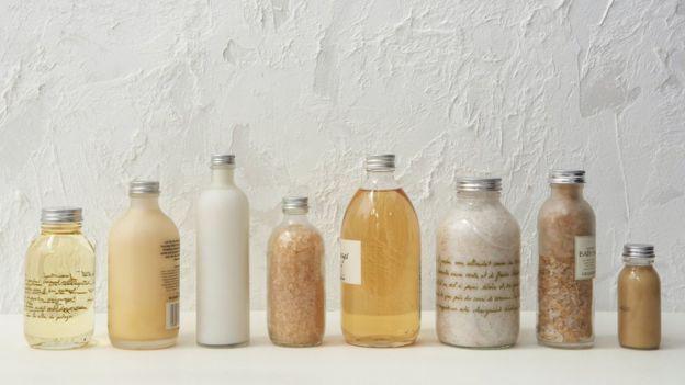 Frascos com produtos de higiene