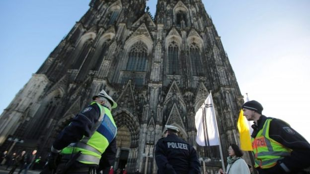 Police officers stand in front of the cathedral in Cologne, 08 January 2016.