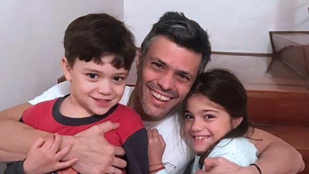 Venezuelan opposition leader Leopoldo Lopez hugging his children at his house in Caracas after his release from prison (08 July 2017)