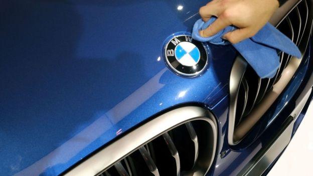 Mano de hombre limpia símbolo de BMW