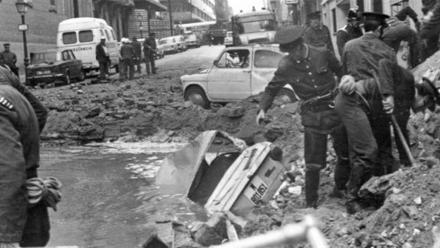 İspanyol polisi 20 Aralık 1973'deki saldırıdan sonra olay yerinde inceleme yaparken