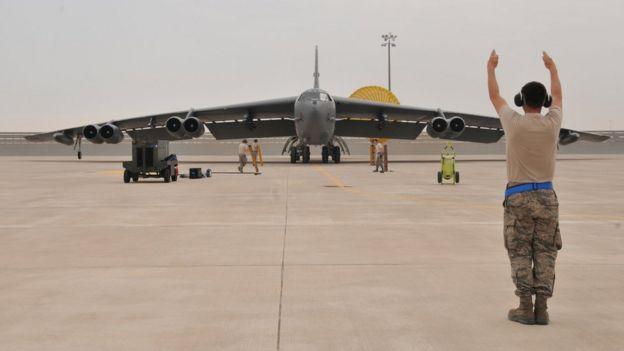 Un bombardero B-52 en la base aérea de Al Udeid.