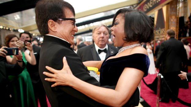 Jackie Chan bersama aktris Taraji P. Henson saat acara Academy Awards atau Piala Oscar ke 89, Februari2017 di Hollywood.
