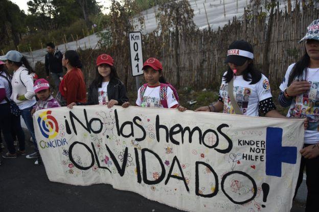 Varias niñas exigen justicia a un año de la tragedia del Hogar Seguro Virgen de la Asunción de Guatemala.