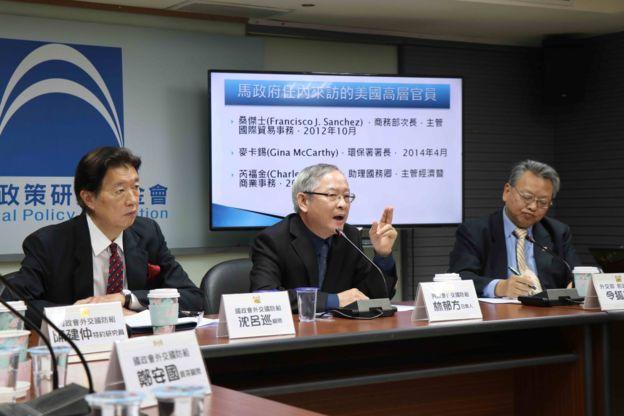 前国民党立委,中美关系学者林郁方(中)与前驻美大使沈吕巡(左)表示,签署固然欢迎,但台湾要避免沦为两国筹码。