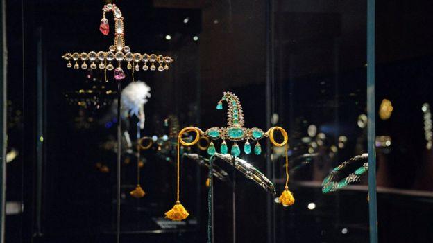 يعرض المعرض مجوهرات جمعت من الهند من القرن السادس عشر حتى القرن العشرين