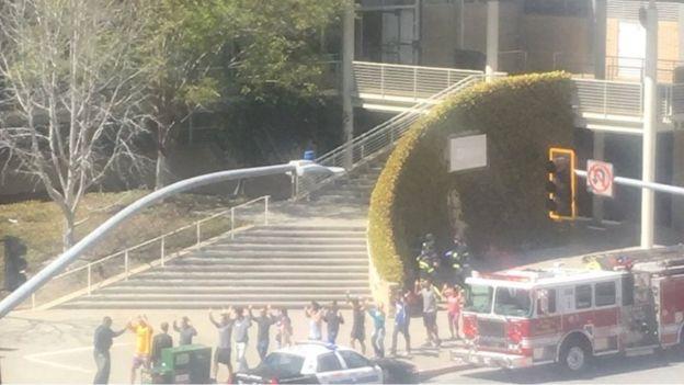 Funcionários deixando a sede do YouTube, onde houve tiroteio