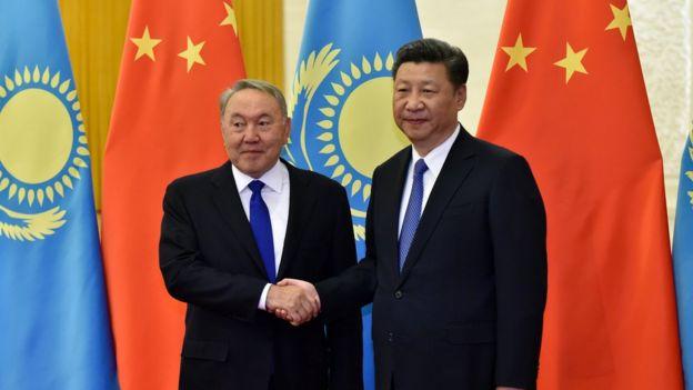 Nursultan Nazarbayev de Kazajstán (izq.) y Xi Jinping de China.