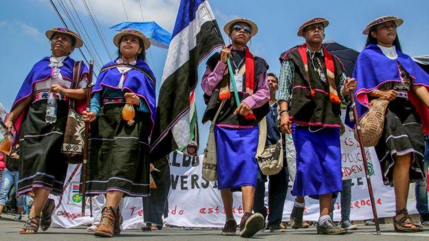 Indígenas marchando en una protesta (Foto: Juan Quintero/ AFP)