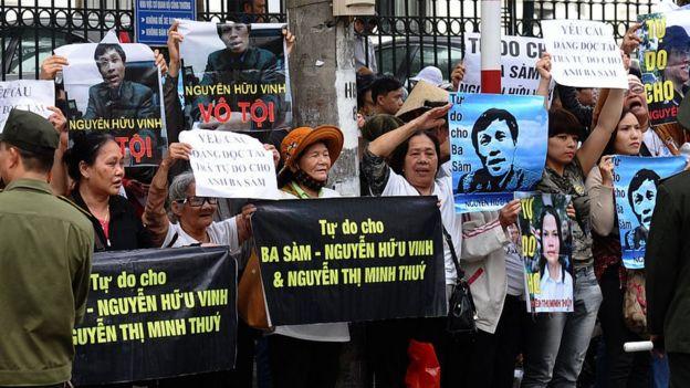 Người ủng hộ blogger/luật sư Nguyễn Hữu Vinh yêu cầu trả tự do cho ông trước phiên tòa xét xử ông vào tháng 3/2016.
