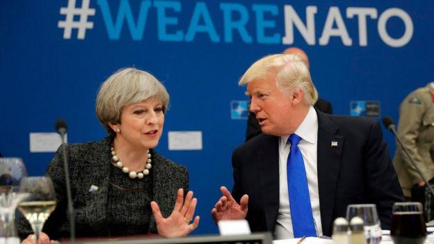 La primera ministra británica, Theresa May, junto al presidente de Estados Unidos, Donald Trump, durante la reunión de la OTAN.